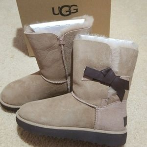 Ugg classic knot short size 6
